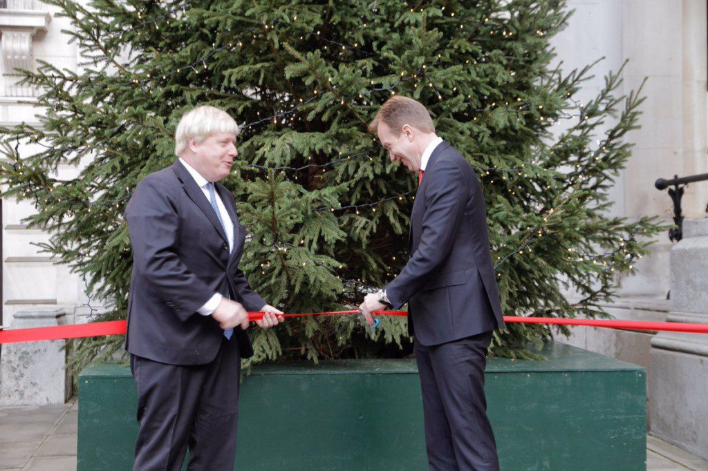 Secretary of State for Foreign and Commonwealth Affairs, Boris Johnsen and former Minister of Foreign Affairs, Børge Brende unveil the Norwegian Christmas tree at FCO in 2016